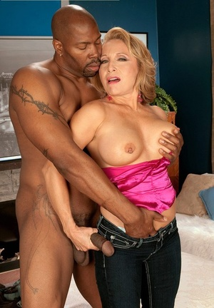 Hot granny Luna Azul uncovers her great tits before interracial action