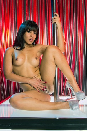 Latina stripper Rose Monroe humps the pole before sucking off a cock