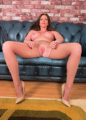 Older woman Holly Kiss rips open her hose to toy her vagina