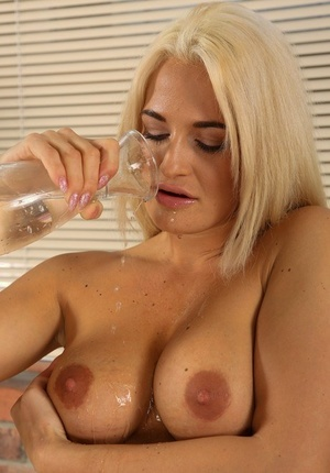 Faux blonde chick Nicole Vice toys her twat until the pee flows freely