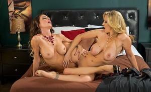 Lesbian pornstars Jessica Jaymes and Julia Ann scissor poke after twat licking