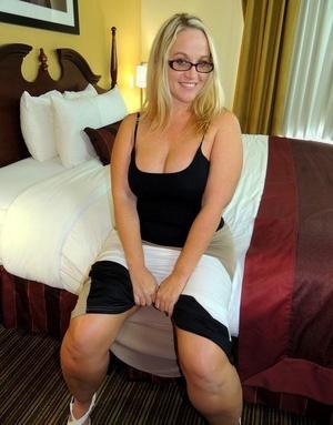 Glasses wearing damsel Dee Siren bares her big arse before sucking cock