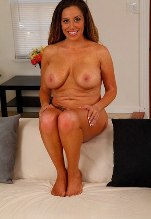 Hefty titted Latina housewife Sienna Lopez parts her vulva with manicured nails