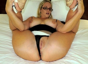 Inexperienced chick Dee Siren shows her hefty donk prior to having sexual intercourse