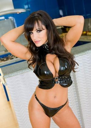 MILF pornstar Lisa Ann performs a dual penetration in black heels