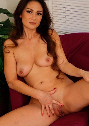Latina housewife Jessica Torres shows her fantastic curves and spreads muff