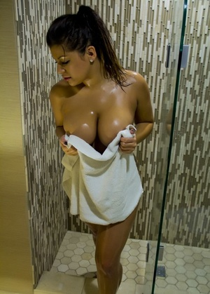 Chubby Latina babe Briana Lee loves frigging her pussy in the shower