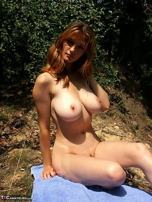 Bold amateur Vanessa nude showing oiled massive saggy boobs in the sunshine