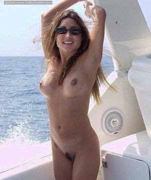 Inexperienced model with big naturals strips her bikini aboard a yacht