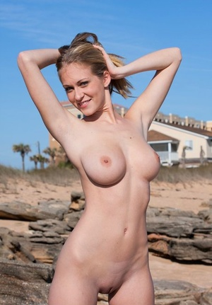 Busty slut Jaclyn naked in the desert spreading legs to sun her bald pussy