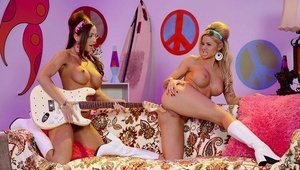 Retro lesbians Abigail Mac and Jessa Rhodes eat donk and twats in shoes