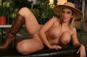 Blondie woman Sara Jay reveals her ample ass in a straw hat and high heeled boots