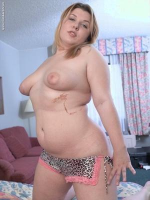 Blond Plumper sticks a finger in her shaved pussy after disrobing on motel bed