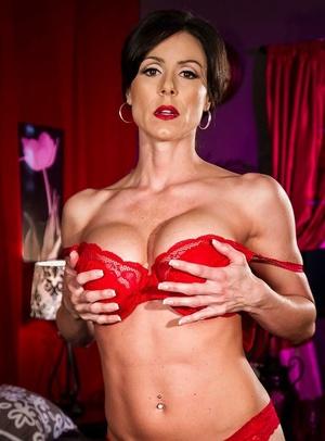 Daedal milf with big tits Kendra Fervor is revealing her divine scar