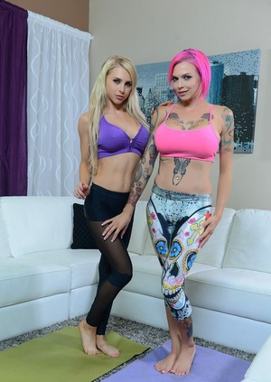 Tattooed sapphic Alix Lynx in yoga pants spreading twat for pussy licking